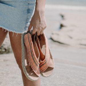 Golden Walk _S. Sandalia plana cruzada para mujer con cierre de velcro en el tobillo